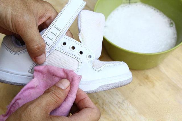 Как вывести пятно с носка кроссовок фото